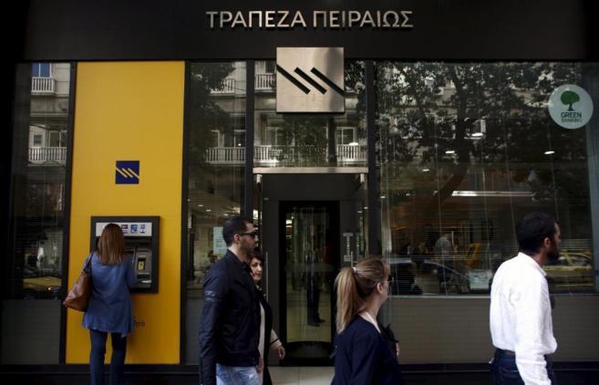 Una de las sucursales del Banco del Pireo en Atenas.
