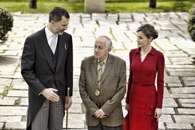 Goytisolo, flanqueado por el Rey Felipe VI y la Reina Letizia, tras...