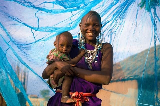 Una madre y su hijo en Tanzania, bajo una mosquitera.