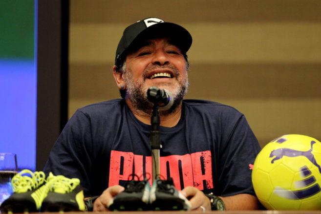 El exfutbolista argentino Diego Armando Maradona participa en una...