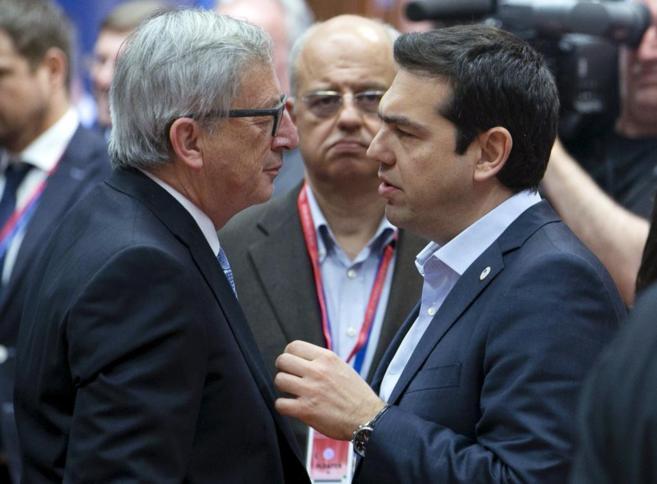 Juncker habla con el primer ministro griego, Alexis Tsipras, antes de...