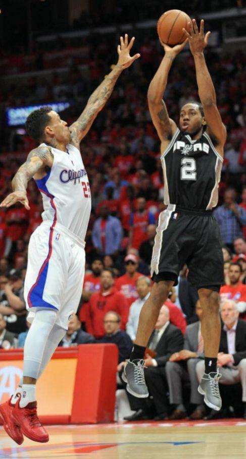 Kawhi Leonard lanza en un encuentro ante los Clippers.