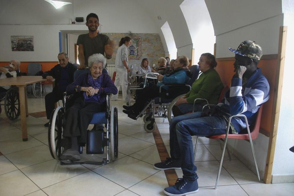 Varios inmigrantes comparten residencia con los ancianos de Casa...