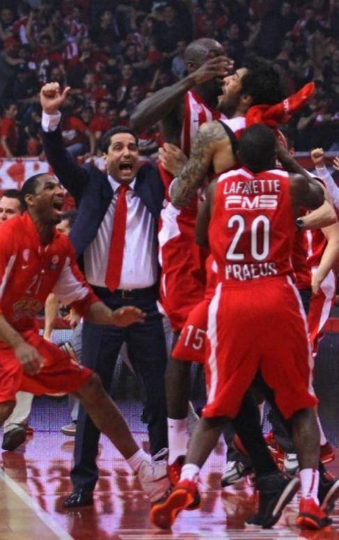 Los jugadores de Olympiacos celebral el triple de Printezis.