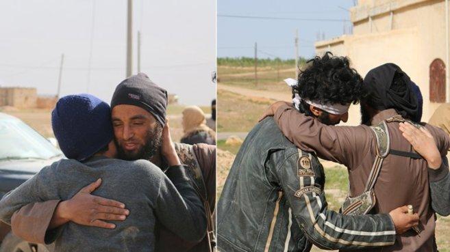 Los dos hombres abrazados a su verdugo al creer que iban a ser...