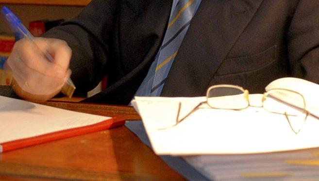 Imagen de la firma de la transacción de una propiedad ante notario.