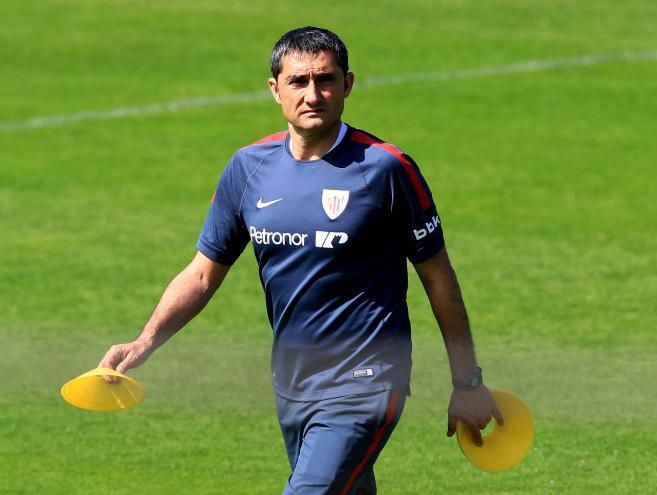 El entrenador del Athletic, Ernesto Valverde, prepara el entrenamiento...
