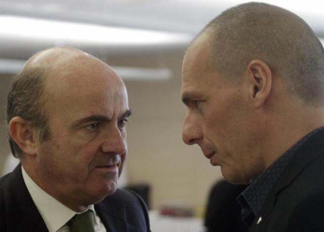 El ministro de Economía Luis de Guindos con su homólogo griego Yanis...