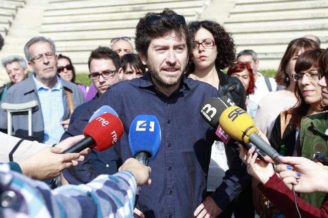 El secretario general de la formación, Alberto Jarabo, atiende a los...