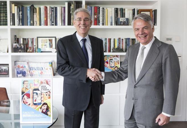Antonio Fernández-Galiano (izq.), presidente de Unidad Editorial, e...