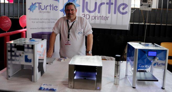 El CEO de Turtle 3D Printer, Óscar Asiain, con las impresoras 3D de...