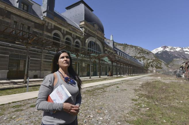 Rosario Raro posa con su novela frente a la Estación Internacional de...