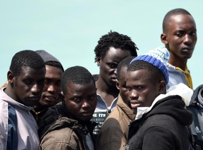 Inmigrantes rescatados esperan para desembarcar en  Catania (Italia).