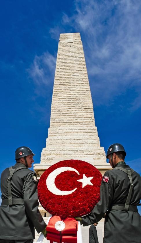 Soldados turcos hacen una ofrenda en el Memorial Helles, ayer.