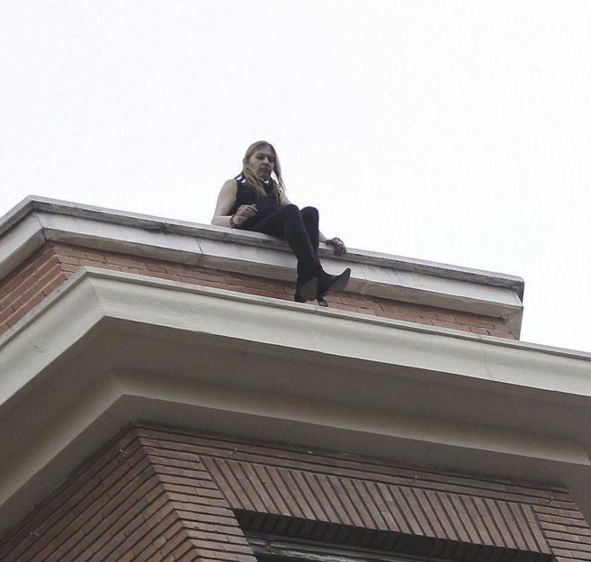 Una mujer amga con tirarse durante el desalojo de la casa...