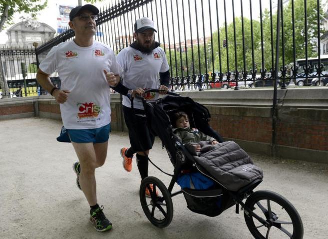Dani empuja el carrito de su hija, Isabel, junto al investigador y...