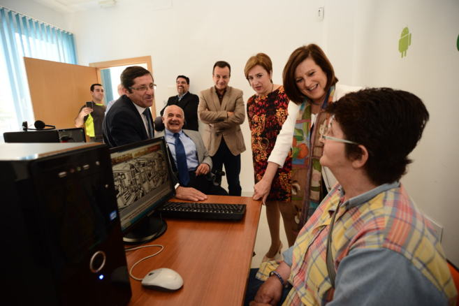 La consejera Sánchez Rubio, ayer, de visita en la residencia de...
