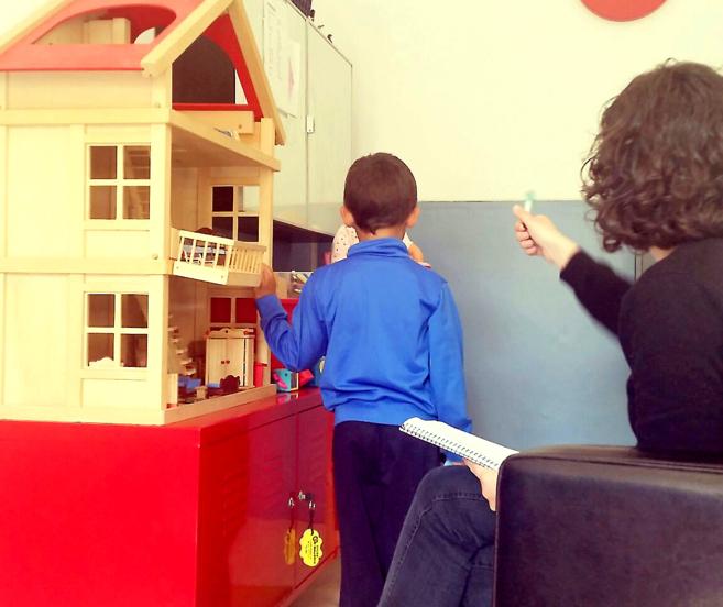 Profesional del SIF durante una sesión con uno de los menores que...