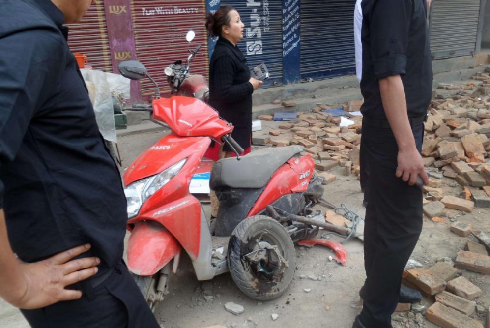 Viandantes observan las ruinas de un edificio desmoronado y los daños...