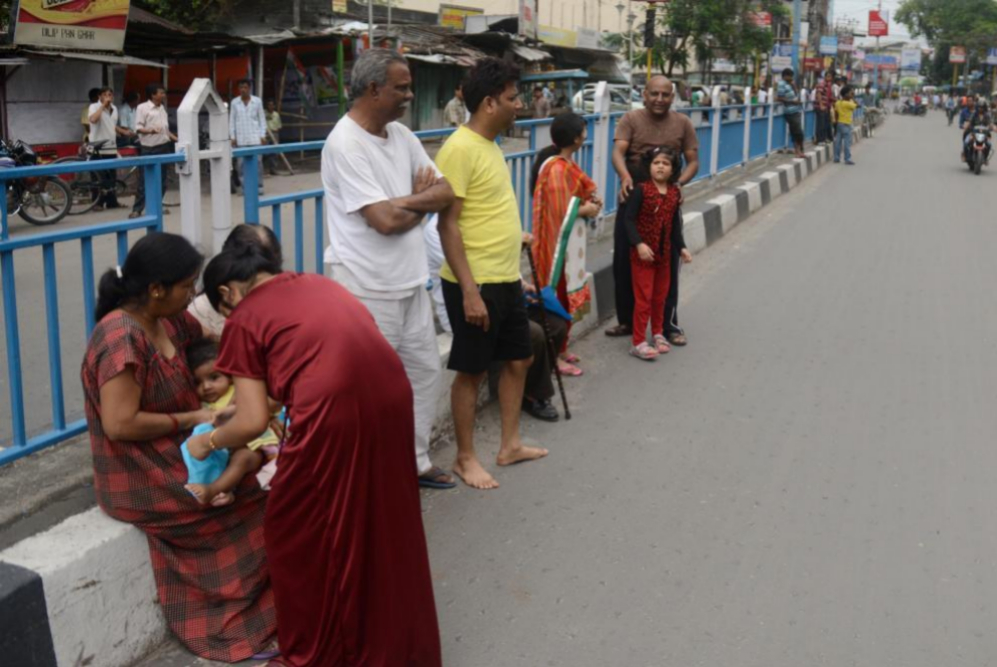 Familias enteras se permanecen en la calle tras el terremoto en Nepal,...