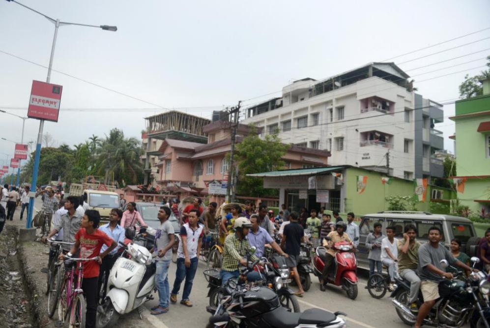 Los residentes de Siliguri se agolpan en la calle tras el terremoto de...