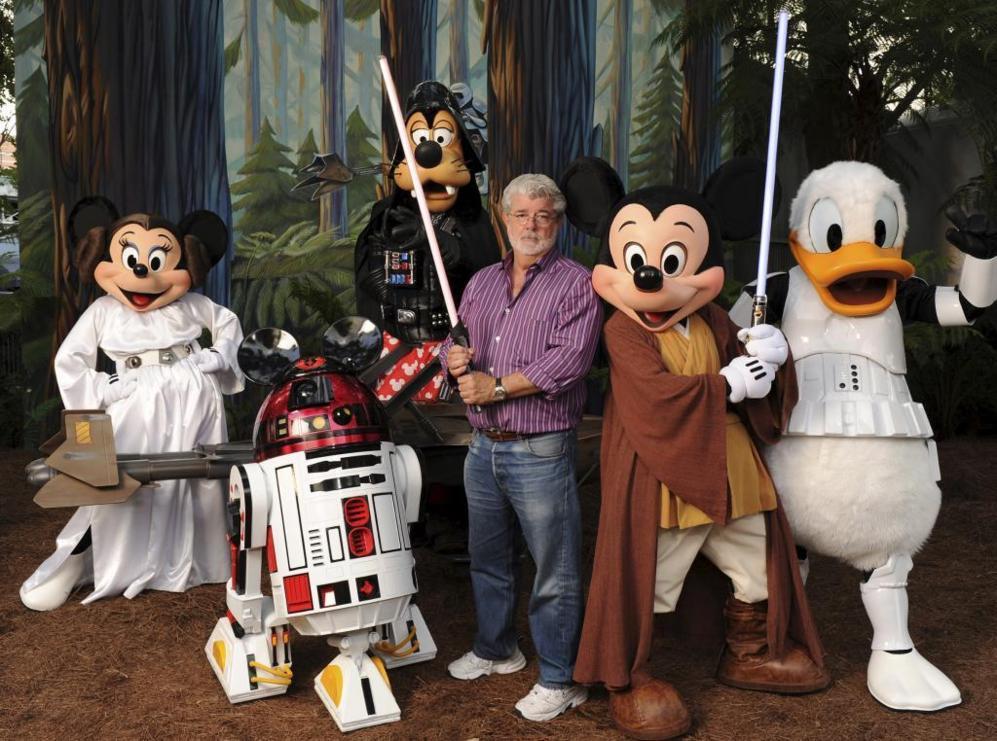 George Lucas junto a personajes de Star Wars y Disney.