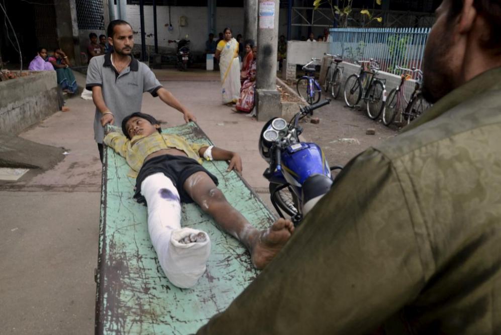 Un niño herido es conducido al hospital tras el terremoto en la...