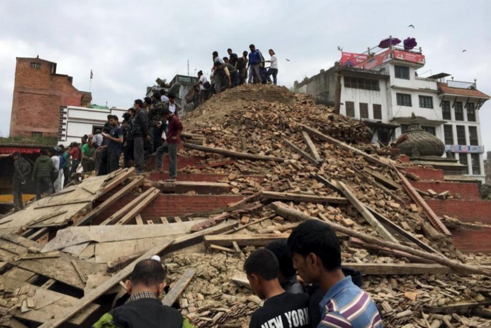 Algunas personas subidas en las ruinas de un edificio en Kathmandu...