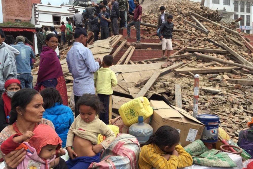 Vecinos comprueban y revisan las ruinas de un edificio derruido tras...