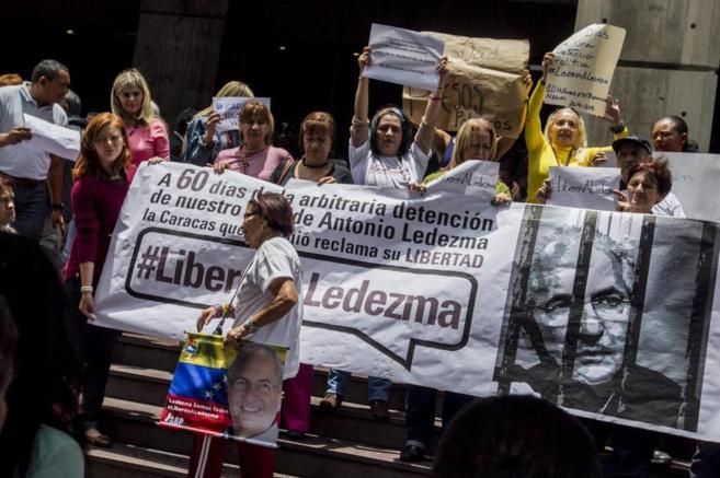 Trabajadores de la alcaldía de Caracas protestan por el...