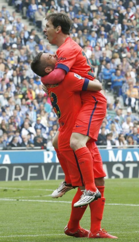 Messi, felicitado por Alba tras anotar el 0-2 en Cornellà.