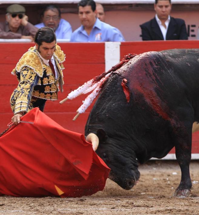 Inicio de faena de Morante de la Puebla a uno de sus toros