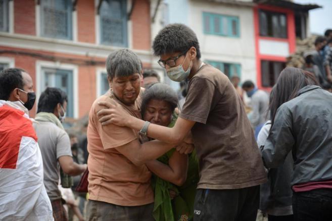 Familias destrozadas en las calles de Katmandú.