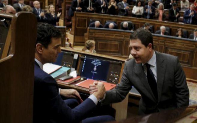 Pedro Sánchez y el líder de los socialistas castellano-manchegos,...