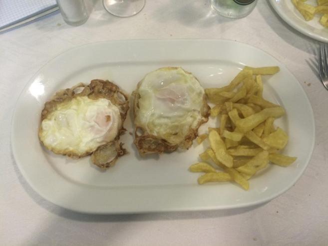 Dos buenos huevos con patatas que no han sido lobotomizadas en una...