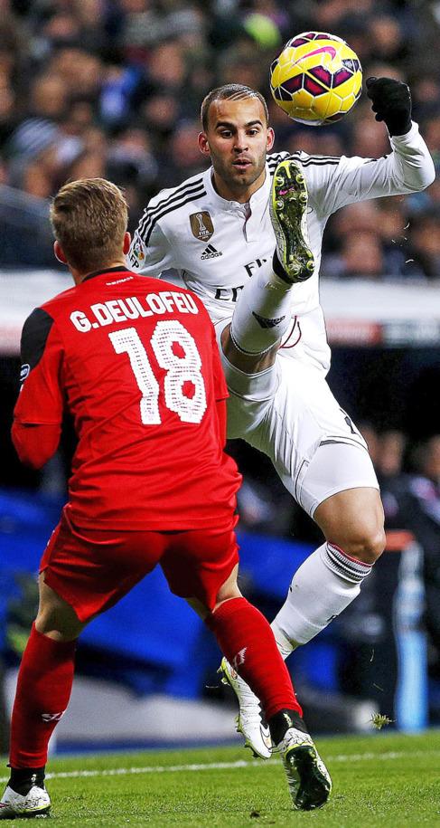 Jesé intenta un control en el partido ante el Sevilla.