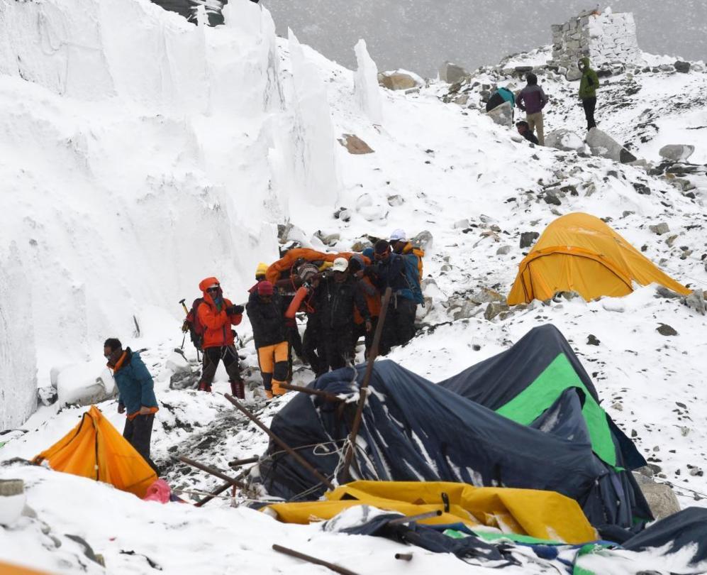 Rescatando a las víctimas en el Everest.
