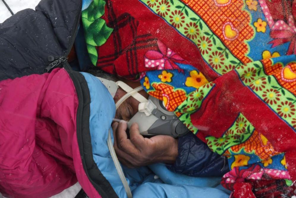 Un portero que trabaja para una empresa de trekking se aferra a una...
