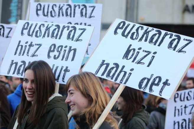 Dos jóvenes participan en una concentración bajo el lema...
