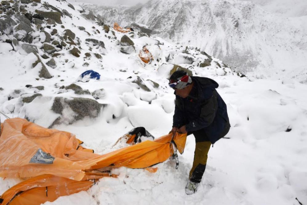 Guía de la expedición 'Pasang Sherpa' busca a través de tiendas de...