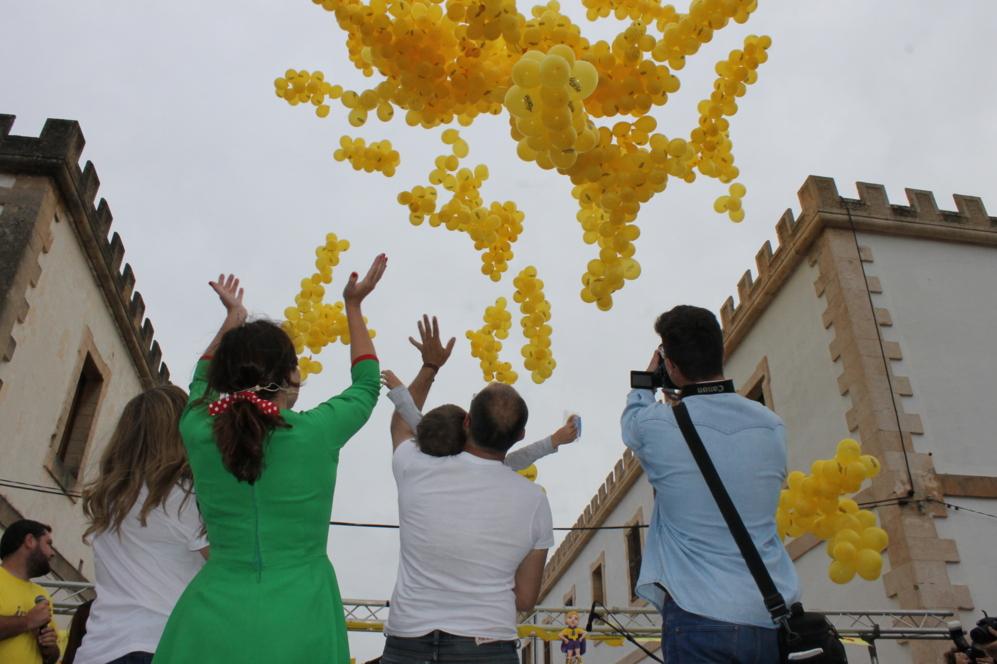 En la imagen, Álvaro y su familia durante la suelta de 3.000 globos.