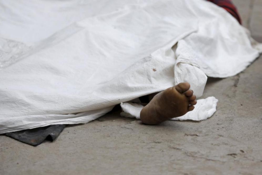 El pie de una víctima del terremoto se encuentra fuera de un hospital...