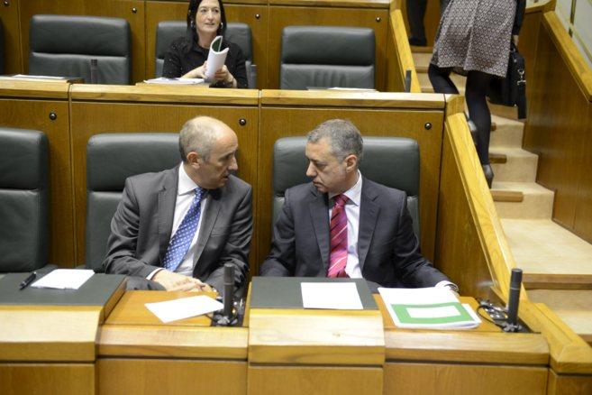 Iñigo Urkullu habla con el portavoz y responsable de la Ley de...