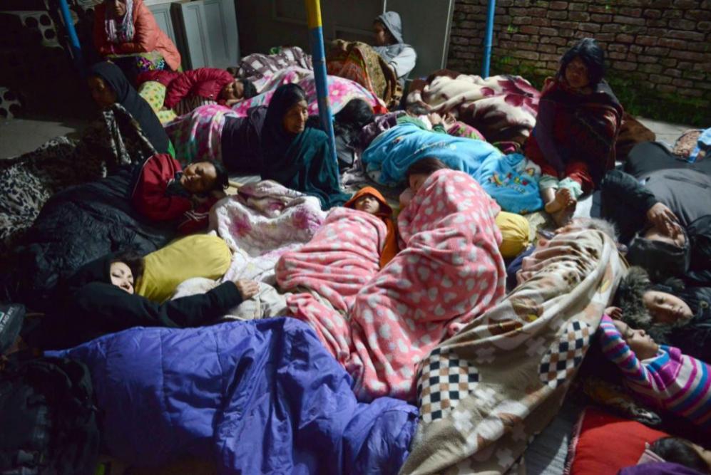 Residentes de Nepal duermen en un área abierta en el valle de...