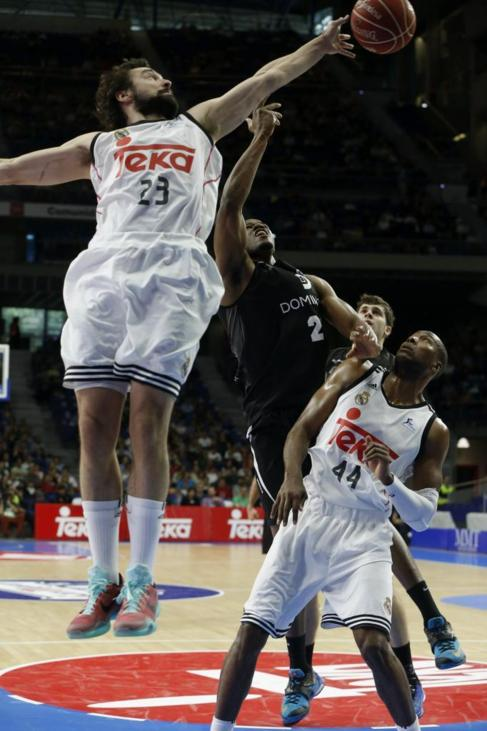 Sergio Llul (Real Madrid) y Latavious Williams (Bilbao Basket).