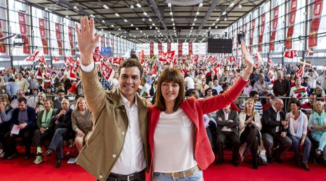 El secretario general del PSOE, Pedro Sánchez, y  la secretaria...