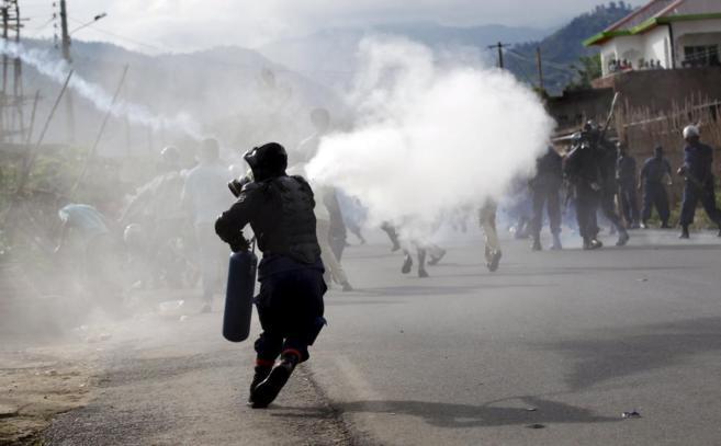 Los agentes lanzan gases lacrimógenos.