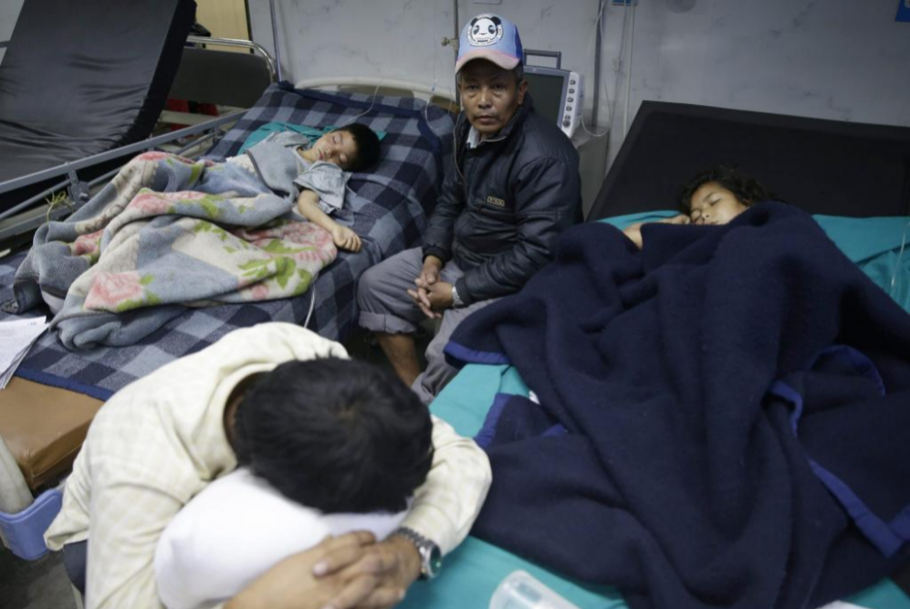 Los heridos esperan para recibir tratamiento médico en el Hospital...