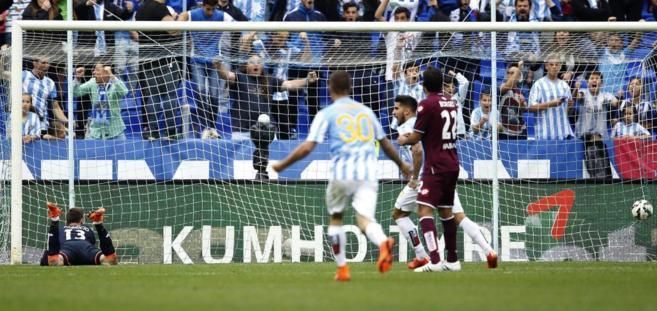 El portero del Deportivo Fabricio, tendido bajo la portería tras...
