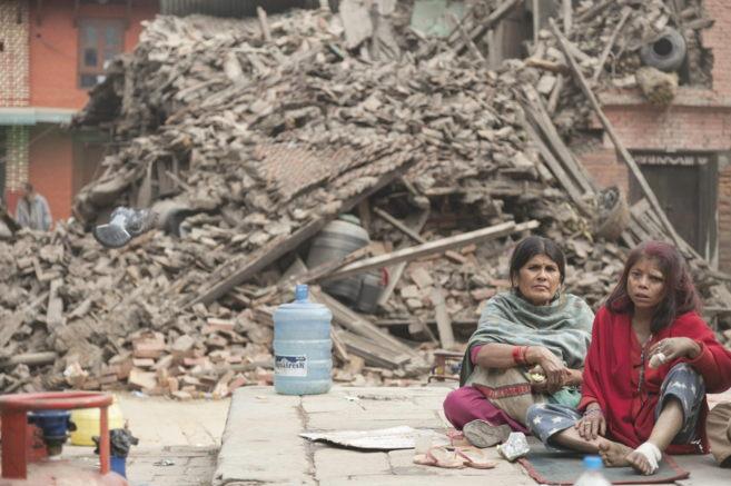 Dos mujeres descansan entre los escombros en Bhaktapur, en Katrmandú.